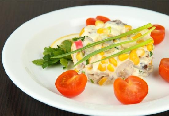 салат из риса и крабовых палочек фото