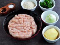 куриный фарш, петрушка, лук очищенный, картофель, панировочные сухари, соль, перец