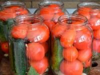 marinovannye-ogurcy-i-pomidory-assorti