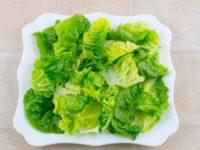 выложите листья салата на тарелку