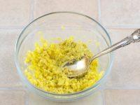 соедините желтки с горчицей и мелко порубленным чесноком