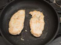 обжарьте филе с двух сторон на сковороде