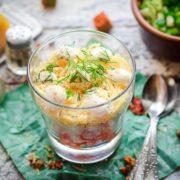 салат из крабовых палочек в стакане
