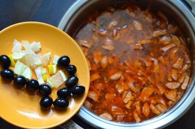 рецепт сборной солянки с колбасой и оливками и лимоном