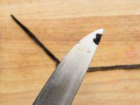 ножом соскребите семена ванили