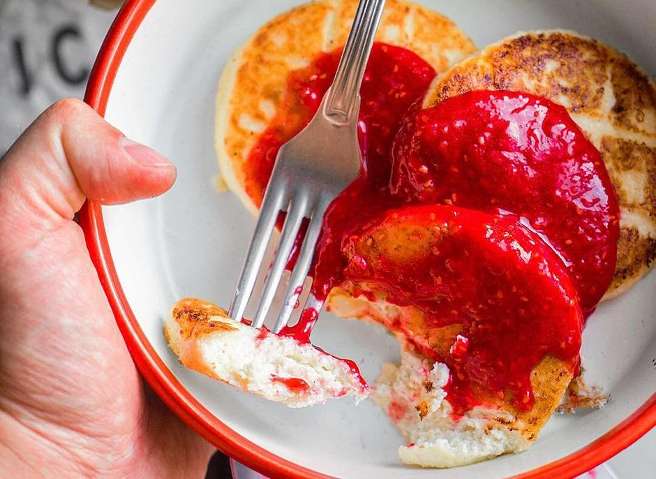 сырники из творога с малиновым соусом