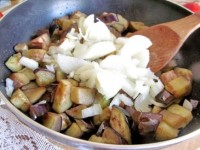 teplyj-salat-iz-baklazhanov-perca-i-pomidorov